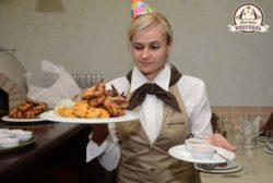 Официант с мясной тарелкой